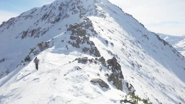 Leteckého let kolem Mountain Peak Hiker šplhání nahoru