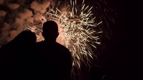 Nová let Silvestrovské ohňostroje jako pár silueta objímají mladé lásky Romantický Datum oslav koncept