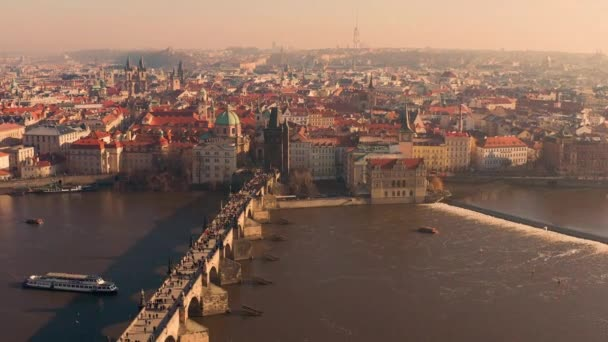 Letecký hyperlapse let nad centrem evropského hlavního města Prahy ve večerní dopravě Moderní život Slow motion Low Light