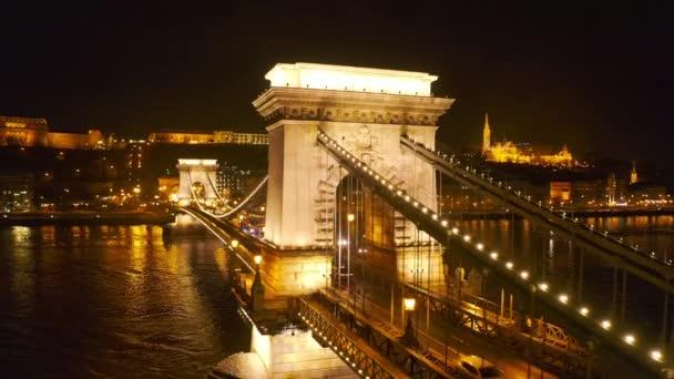 Légi járat az Európai Híd Skyline felett Este Euro Vacation Downtown Lifestyle Alacsony fényű Lassú Mozgásban