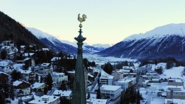 Letecký let přes zasněžené město Scéna Zimní Město Lyžování Dovolená Dobrodružství Romantická nálada Duch svátků Koncept