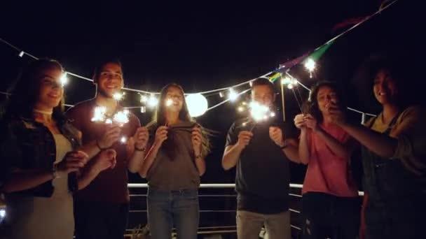 Ünnepi csoport gyönyörű diverzifikált fiatal barátok ünnepli szilveszter Boldog szórakozást Szabadság Élvezni az életet koncepció szilveszterkor lövés Red Epic W 8K Lassú mozgás