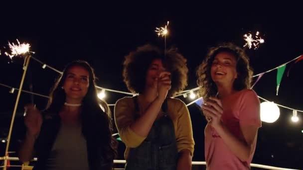 Různorodé mladé ženy na Nový rok oslavy střešní párty veselá párty s jiskra oheň relaxační 4.července oslavy Urban Festival koncepce na Silvestra Shot na červenou Epic W 8 K pomalé