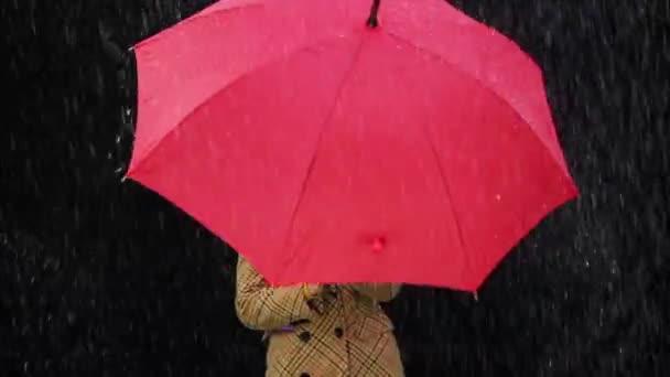 Boldog asszony piros esernyő, élvezi az időjárás eső