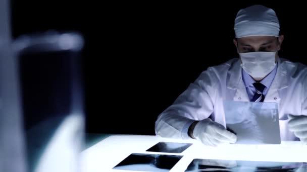 M dico examina el cuarto oscuro de rayos x malas noticias for Cuarto oscuro rayos x