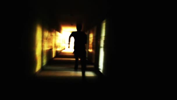 Silhouette uomo running luce in un concetto di libertà di tunnel di fuga
