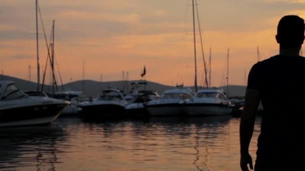 Muž mluvil na mobil v Yacht Harbour dovolenou Hd