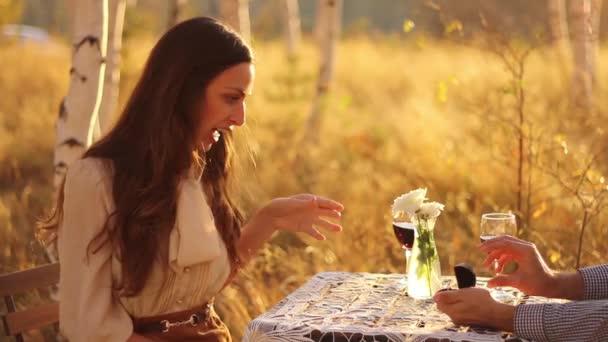 Donna sorpreso dalla proposta di matrimonio