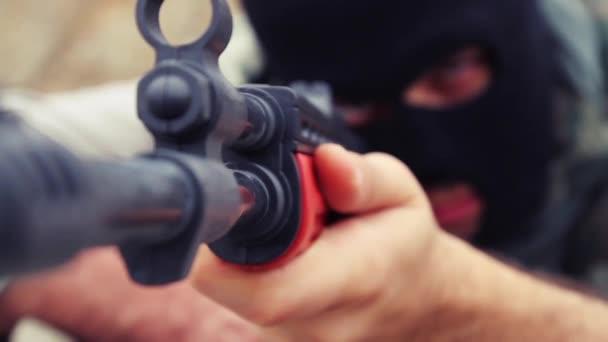 Terorismus nebezpečné maskovaný muž s cílem Shoot