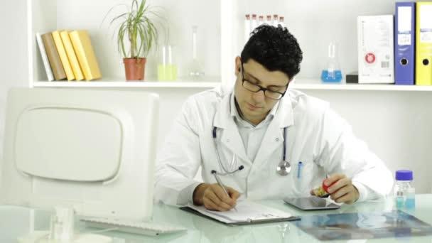 Doktor lékařské Professional psaní ukazující prášky na předpis