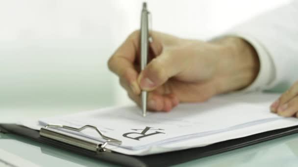 Nahaufnahme Arzt Hand Schreiben rx Rezept