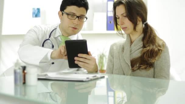 Gesundheitswesen Technologie junge Arzt Tablet zeigen Patienten mit
