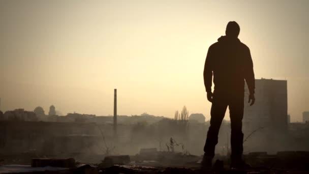 mužské siluetu, stojící na střeše