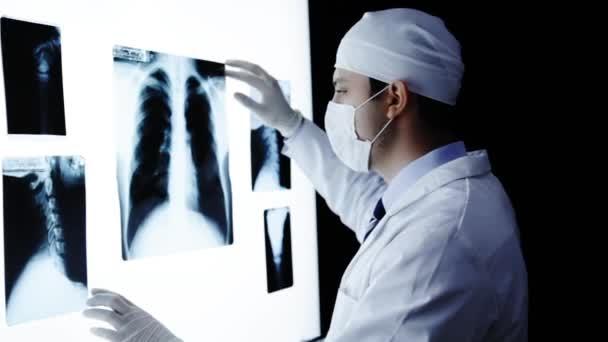 Junge Ärztin untersucht Röntgenwand