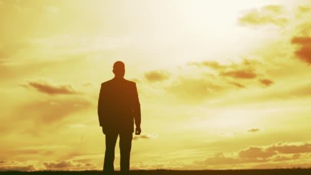Uomo daffari libertà sagoma tramonto braccia Tesate
