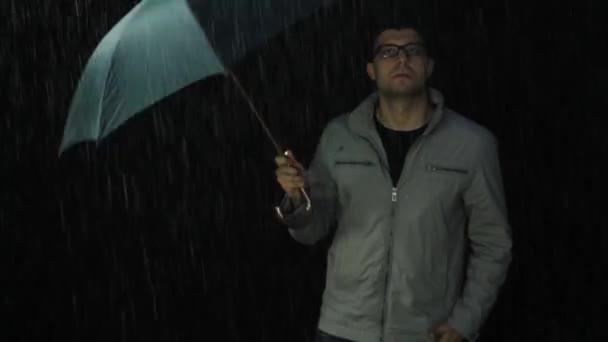Fiatal férfi alá eső