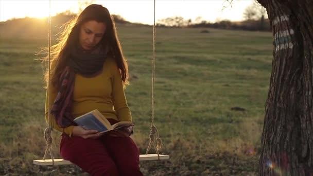 Žena s knihou na houpačce