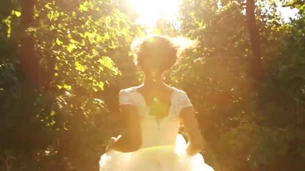 Frau im Vintage Brautkleid