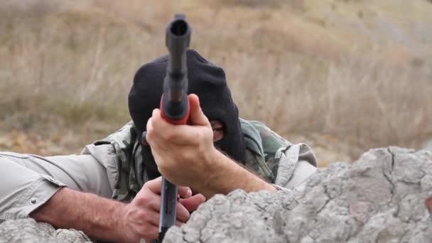 Gefährlicher Mann mit Waffe