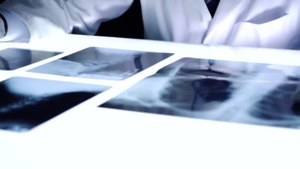 Arzt untersucht Röntgen