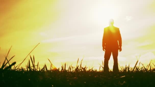 Podnikatel oslavuje vítězství při západu slunce