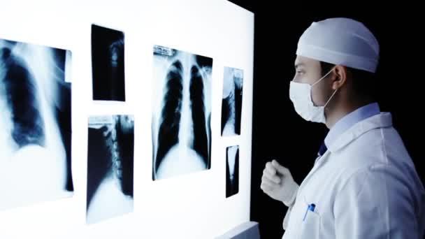 lékař zkoumá x-ray