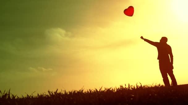 Einsamer Mann hält Ballon