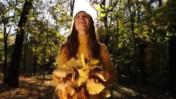 Frau genießt Autumn Sun Forest