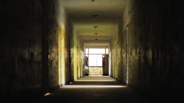 Decoratie Interieur Corridor : Interieur van donkere oude corridor u stockvideo elesaro