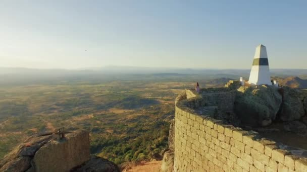 Donna turistica a piedi il muro che circonda il castello