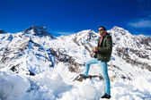 A háttérben a havas hegyek turista