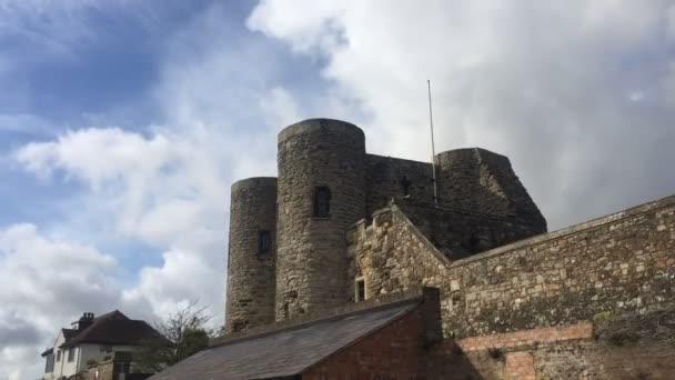 CASTLE, RYE, EAST SUSSEX, UK - 10 / 20 / 2020: Ypres Tower ze 14. století, která byla součástí obrany Rye s kanóny, je nyní Rye Castle Museum, s expozicemi na místní historii, oblast také známý jako pistole zahrady