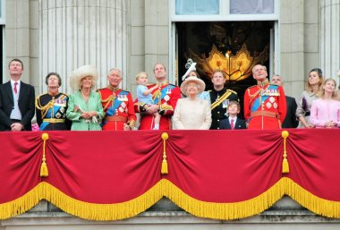queen Elizabeth and Royal family at Buckingham Palace Balcony Trooping of the color 2015 Queen Elizabeth, William, harry, Kate and Prince George