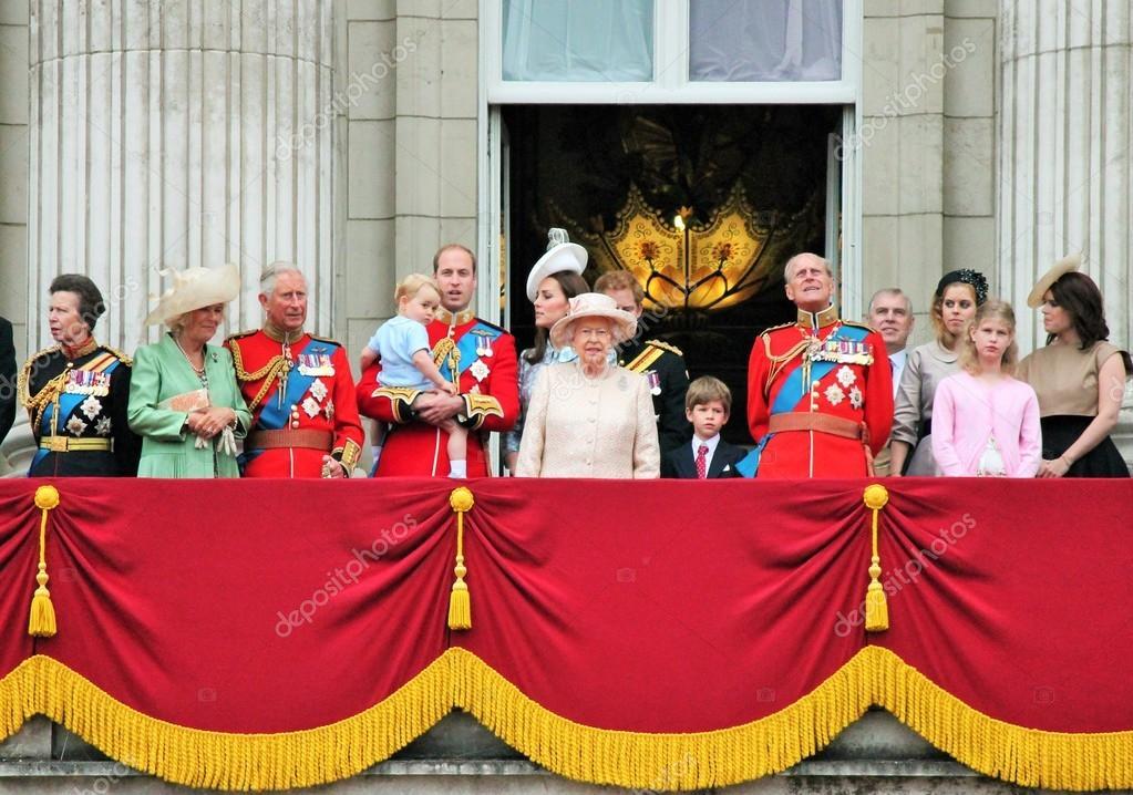 Queen elizabeth royal family balcony buckingham palace for Queen elizabeth balcony