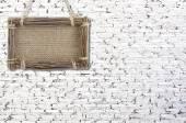 Fotografia Muro di mattoni bianco con insegna e foto cornice