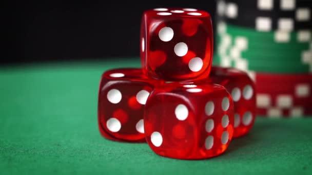 Červené kostky, kasinové žetony, karty rotace na zelené plsti