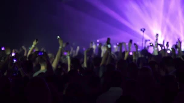 Jásající dav párty na rockový koncert