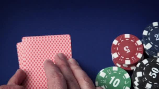 Royal flush in mano e gioco dazzardo chip sul feltro casinò blu