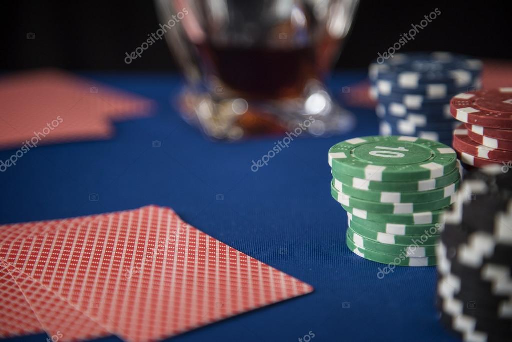 Cartas De Poker Y Fichas Juegos De Mesa De Casino Fotos De Stock
