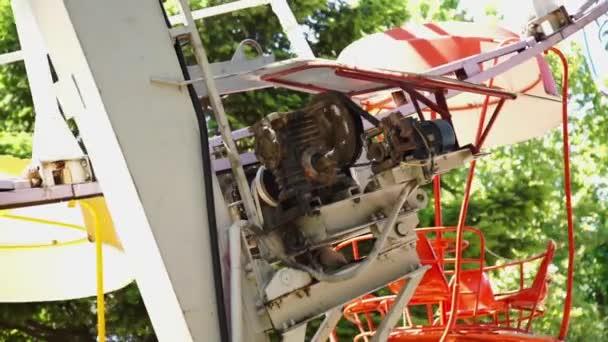 Motor se otáčí kolo a kabiny přesunout jeden po druhém