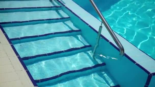 Kroky do vody do bazénu