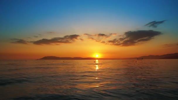 západ slunce na pláži oceánu