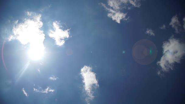 Gyorsított film a forró nap háttérrel, felhők és a fáklyát