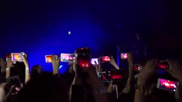 Party na rockový koncert a držet fotoaparát s digitálním displeji