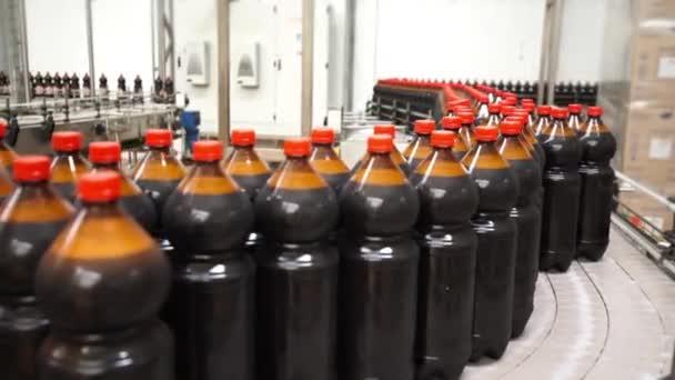 Nahaufnahme der Kunststoffflaschenindustrie auf einem Förderband