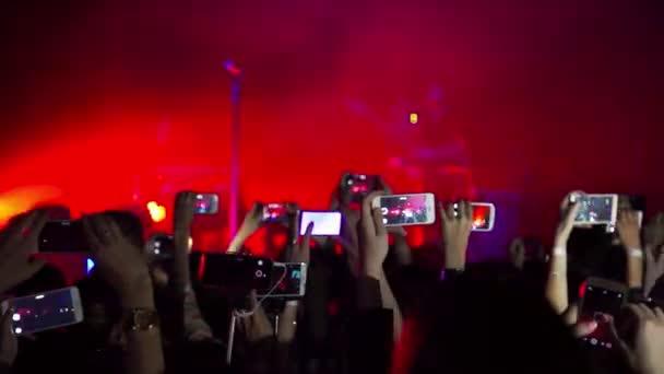 Dav bavil a stranou na koncertě a nad jeho hlavou telefony a tablety s digitálním displeji