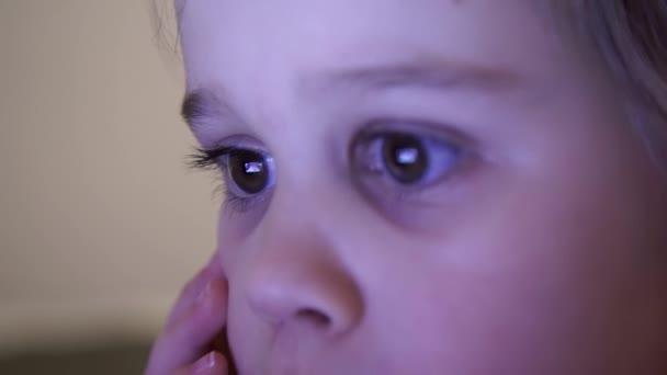 Malá holčička v noci sledovat kreslené filmy na počítači