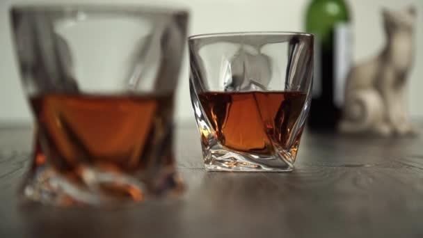 Két pohár whiskey öntés
