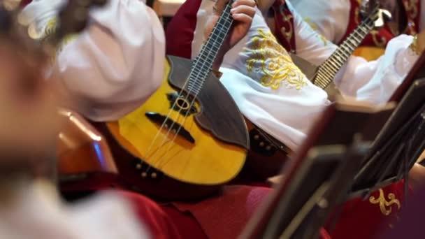 Zenészek kar tuning hangszerek