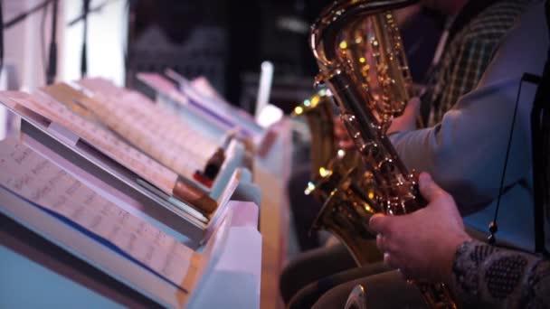 Musica jazz di giocatore di sassofono
